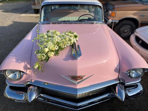 Cadillac rosa Blumenschmuck